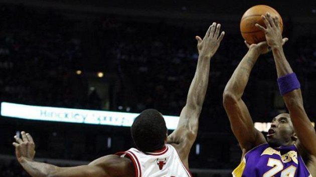 Basketbalista Los Angeles Lakers Kobe Bryant střílí na koš Chicaga.