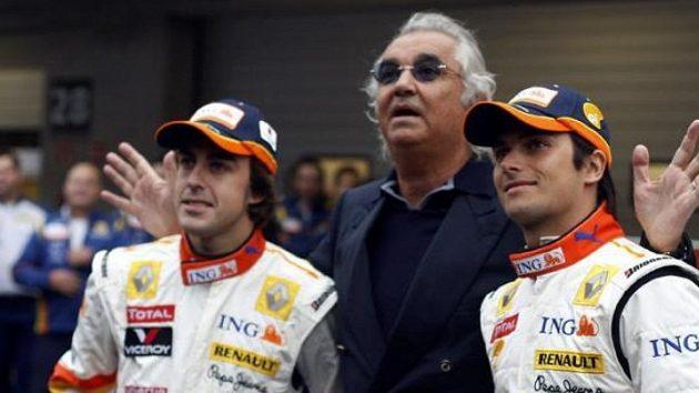 Flavio Briatore na lednovém snímku s tehdejšími jezdci Renaultu Fernandem Alonsem (vlevo) a Nelsonem Piquetem.