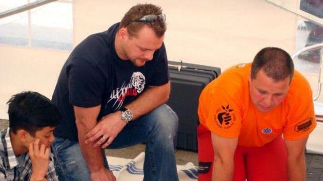 Útočník hokejistů Liberce Andrej Podkonický (uprostřed) přihlíží školení k používání defibrilátoru. Ilustrační fotografie