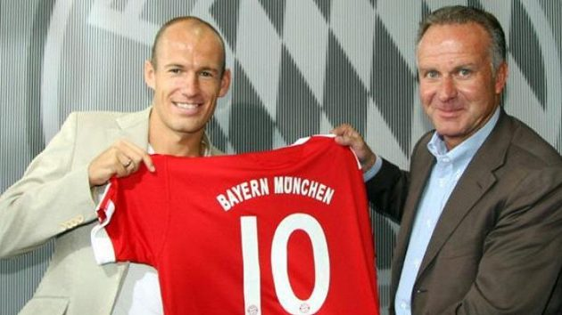 Výkonný ředitel Bayernu Mnichov Karl-Heinz Rummenige s novou posilou Arjenem Robbenem (vlevo)