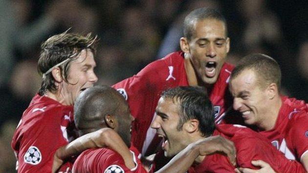 Fotbalisté Bordeaux (vlevo Jaroslav Plašil) oslavují gól.