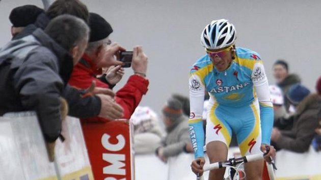 Španělský cyklista Alberto Contador spěchá do cíle 4. etapy závodu Paříž - Nice.