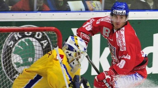 Český hokejista Tomáš Kůrka před švédským brankářem Livem