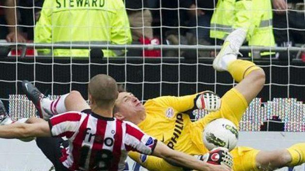 Po střetu se spoluhráčem Derijckem zstal polský gólman Tyton v bezvědomí na trávníku.