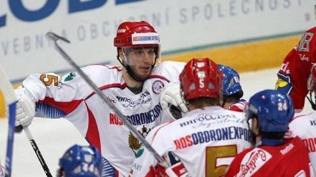 Jedna ze strkanic mezi Rusy a českými hokejisty - ilustrační foto.