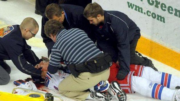 Lékaři ošetřují hokejistu Kitcheneru Bena Fanelliho.