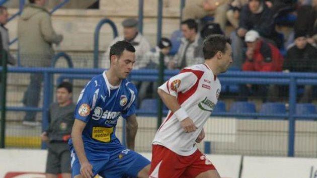 Plzeňský Jan Lecjaks (vlevo) se snaží vybojovat míč v utkání ve Zlíně.