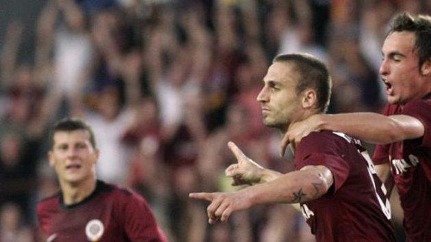 Jan Holenda (uprostřed) oslavuje svůj gól proti Panathinaikosu. Budou Pražané stejně slavit i po dnešní odvetě?