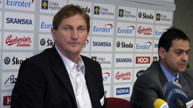 Trenér hokejové reprezentace Alois Hadamczik (vlevo) a generální manažer národního celku Zbyněk Kusý na tiskové konferenci vPraze.