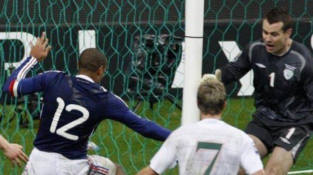 Francouzský fotbalista Thierry Henry přihrává na rozhodující gól spoluhráči Gallasovi poté, co zahrál rukou.