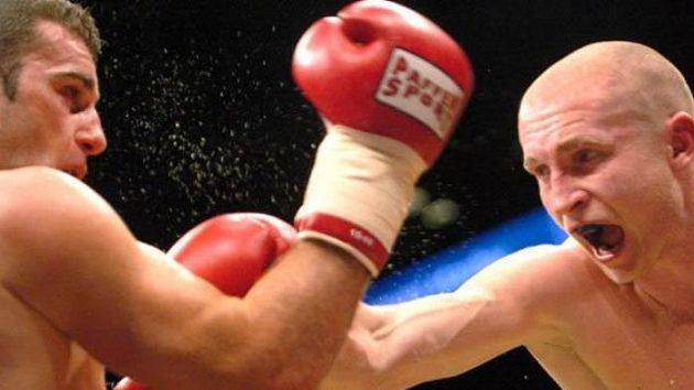 Český boxer Lukáš Konečný zasahuje svého soupeře.