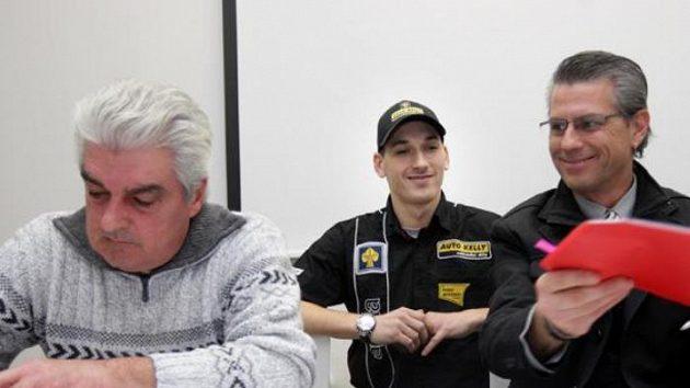 Lukáš Pešek (uprostřed) s představiteli týmu Matteoni Racing. Vlevo majitel Massimo Matteoni, vpravo manažer Paolo Tajana.