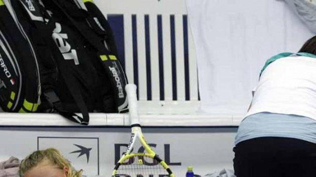 Dánská tenistka Caroline Wozniacká je ošetřována během zápasu s Anne Kremerovou z Lucemburska