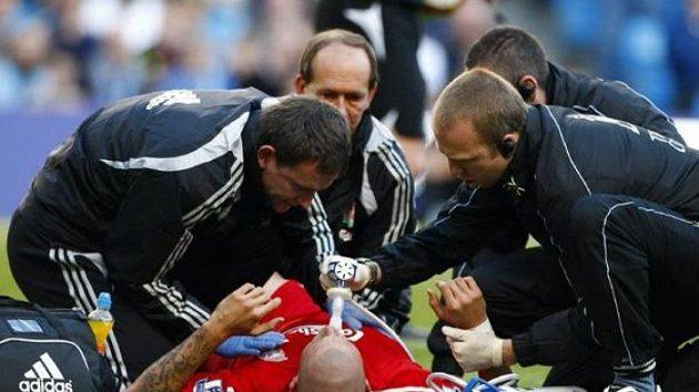 Obránce Liverpoolu Martina Škrtela ošetřují kluboví lékaři.