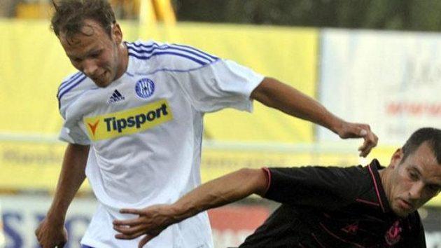 Jakub Petr z Olomouce (vlevo) v souboji s Leonem Osmanem z Evertonu