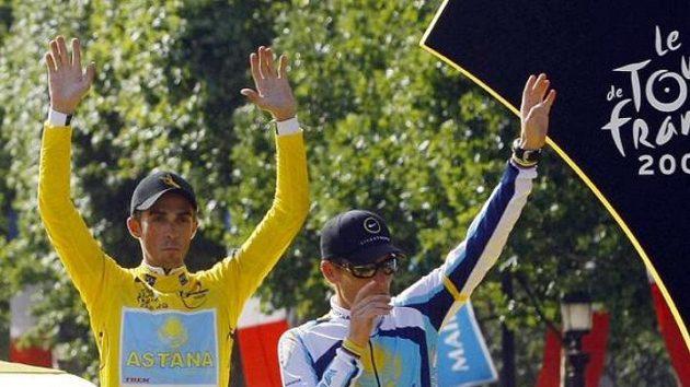 Alberto Contador (vlevo) a třetí Lance Armstrong na stupních vítězů