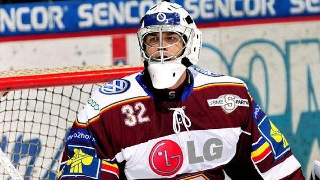 Brankář hokejistů Sparty Jan Chábera přestupuje do Chomutova.