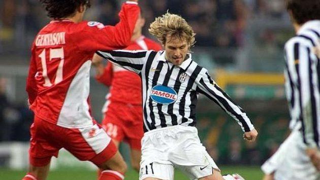 Pavel Nedvěd (uprostřed) bude mít v Juventusu po návratu do Serie A nového spoluhráče Iaquintu.