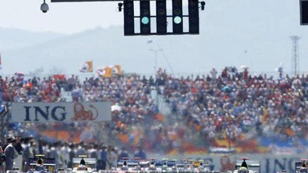 Start Velké ceny Turecka vozů formule 1.