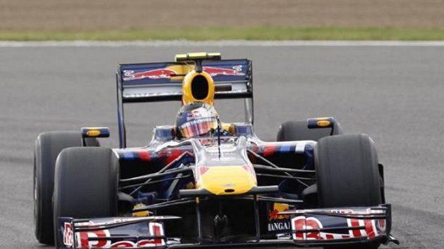 Vicemistr světa Sebastian Vettel s vozem Red Bull na okruhu v Silverstonu.