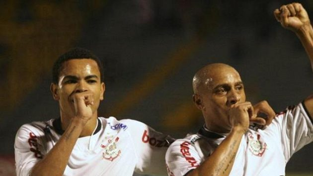 Roberto Carlos (vpravo) oslavuje výhru Corinthians se svým spoluhráčem Denthinem.