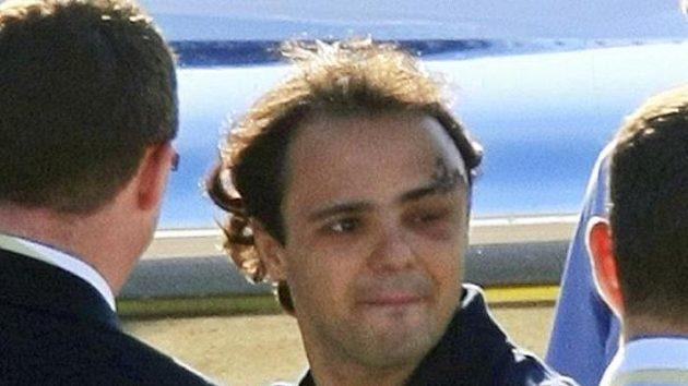 Brazilský pilot formule 1 Felipe Massa po propuštění z nemocnice v Budapešti, kde strávil devět dnů po zranění hlavy při Velké ceně Maďarska.