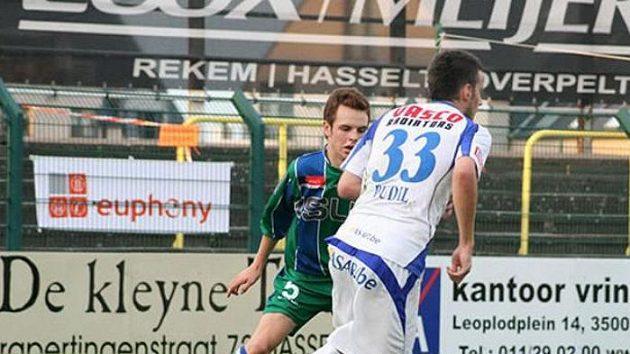 Daniel Pudil v dresu belgického Genku (vpředu) hraje v lize, v níž jsou dvě třetiny hráčů proti homosexualitě ve fotbale.