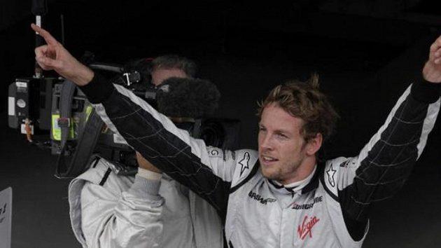 Vítězné gesto jezdce formule 1 Jensona Buttona ze stáje Brawn GP po Velké ceně Brazílie