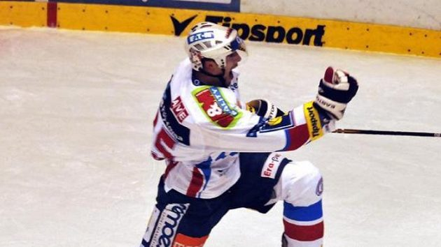 Hokejista Pardubic Adam Pineault oslavuje gól.