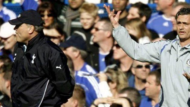 Trenér Chelsea José Mourinho (vpravo) gestikuluje během utkání FA Cupu s Tottenhamem. Manažer Kohoutů Martin Jol (vlevo).