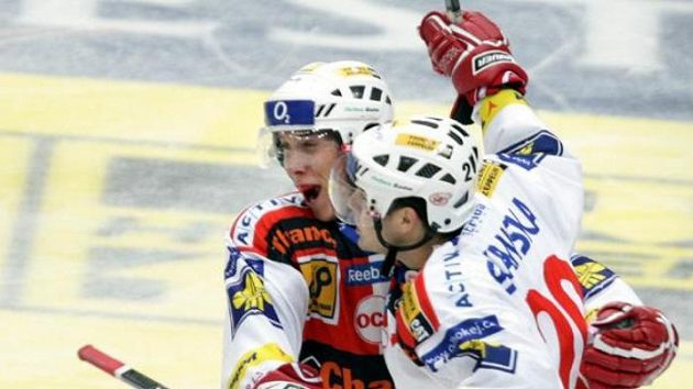 Ilustrační foto. Hokejisté Slavie Špelda a Doležal (vlevo) oslavují gól.