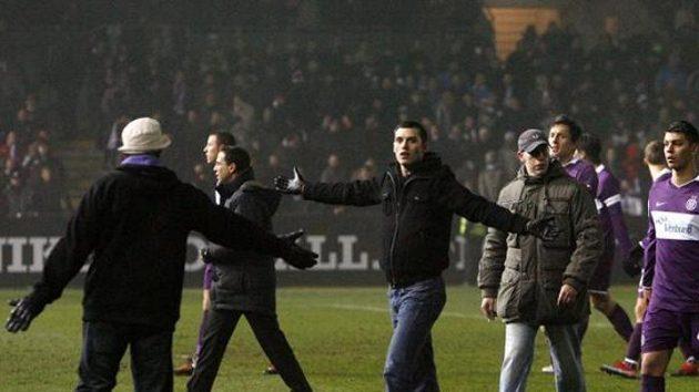Fanoušci fotbalistů Austrie Vídeň na hrací ploše během utkání proti Bilbau