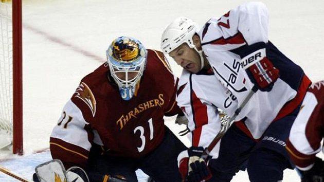Hokejista Washingtonu Mike Knuble před brankářem Atlanty Ondřejem Pavelcem