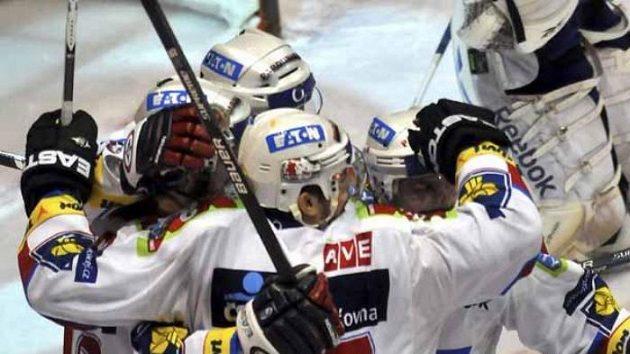 Hokejisté Pardubic slaví jeden z gólů do sítě Vítkovic v prvním finálovém utkání Play off.