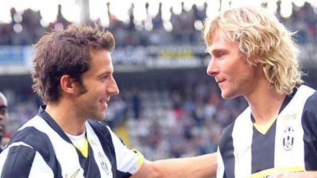 Pavel Nedvěd (vpravo) dostává od Alessandra Del Piera pamětní dres.