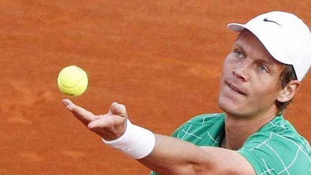 Český tenista Tomáš Berdych podává ve 2. kole v Monte Carlu proti Francouzi Gasquetovi.