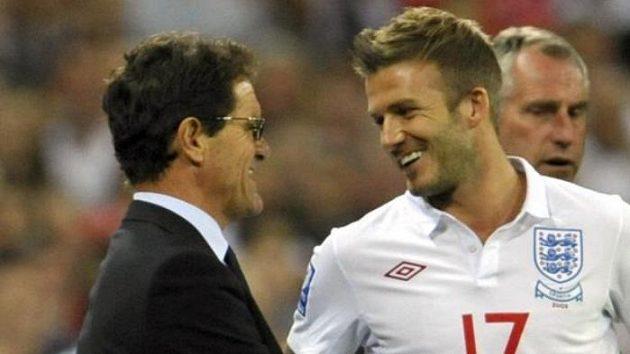 Z hlediska událostí posledních dnů je jasné, že snímek je archivní. Trenér anglických fotbalistů Fabio Capello v družném hovoru s Davidem Beckhamem.