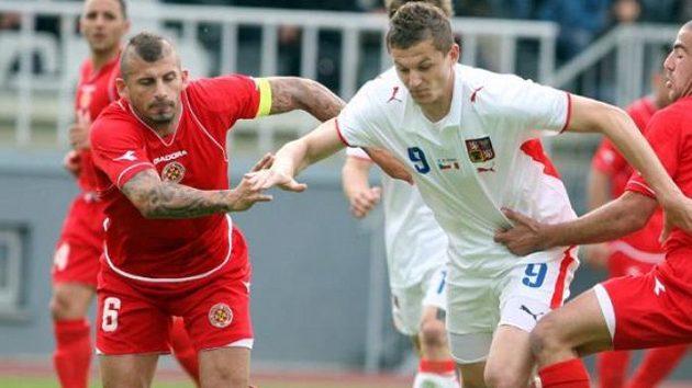 Tomáš Necid (uprostřed) se snaží projít mezi dvojicí hráčů Malty.