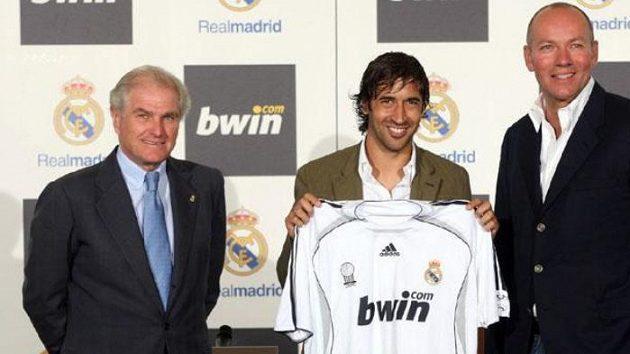 Raúl González ještě jako kapitán Realu Madrid, tehdejší prezident klubu Ramón Calderón (vlevo) a spoluředitel bwin Manfred Bodner