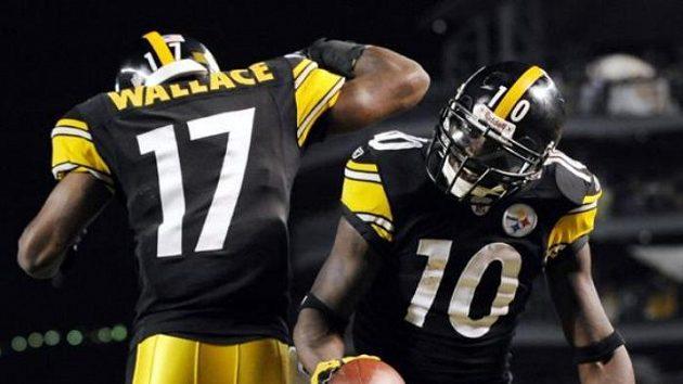 Hráči Pittsburghu Steelers oslavují touchdown Santonia Holmese (č.10) v utkání proti Tennessee.
