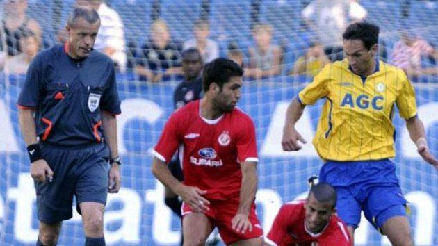 Vlevo hráči Hapoelu Etaj Šechter Menachem a Avihaj Jadin před Milanem Matulou z Teplic
