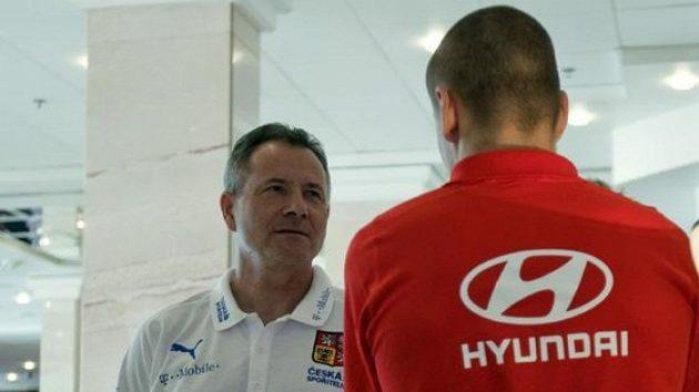 Trenér František Komňacký hovoří s Adamem Hlouškem v Al Ajnu.
