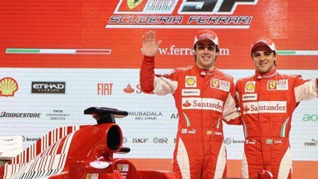 Fernando Alonso (vlevo) a Felipe Massa při představení monopostu Ferrari pro sezónu 2010.