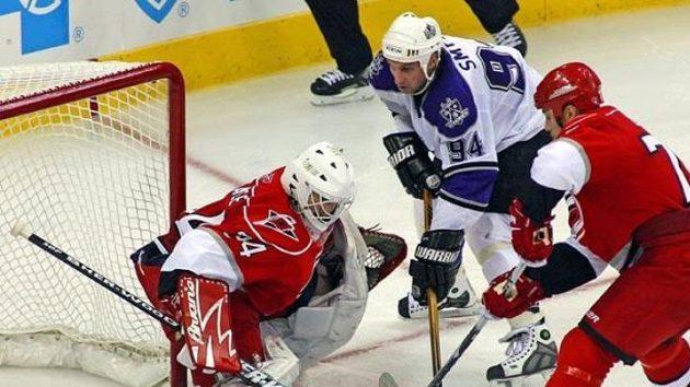 Hokejista Los Angeles Ryan Smyth před brankářem Caroliny Legacem