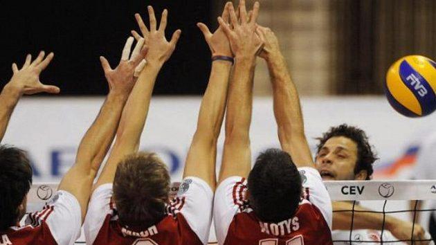 Zleva Tomáš Fila, Radek Mach a Radek Motys z Jihostroje České Budějovice blokují úder Leonarda Caldeiry z Olympiakosu Pireus.