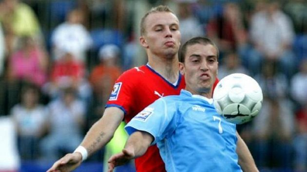 Fotbalista Michal Kadlec v souboji se Ciaccim ze San Marina