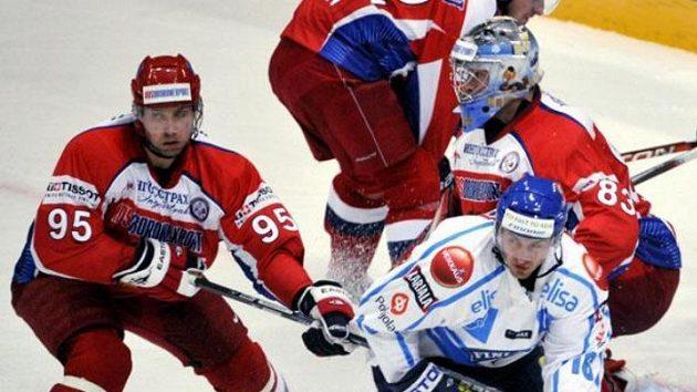 Hokejista Ruska Alexej Morozov (č. 95) napadá Villeho Peltonena z Finska.