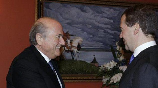Prezident FIFA Sepp Blatter (vlevo) a ruský prezident Dmitrij Medveděv