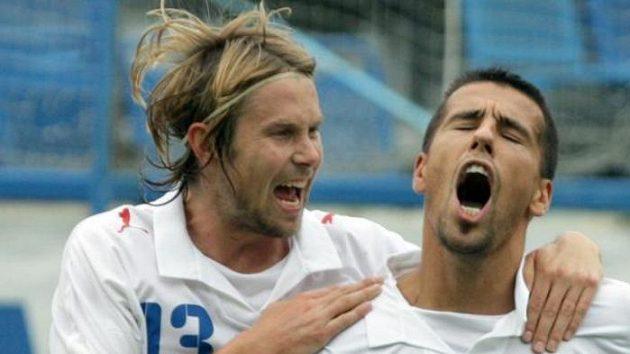 Radost českých fotbalistů Jaroslava Plašila (vlevo) a Milana Baroše ze vstřelené branky v přátelském utkání proti Belgii v Teplicích