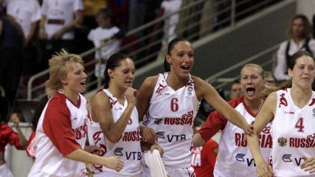 Radost ruských basketbalistek po čtvrtfinálovém vítězství nad Lotyšskem.